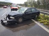 Aktuálně: Na mokré dálnici skončil osobní vůz ve svodidlech. Hned za ním došlo k další dopravní nehodě