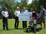 Laurince byl slavnostně předán šek na více než 20 tisíc korun