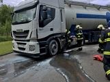 Právě teď: Několik hasičských jednotek zasahuje při požáru nákladního vozidla u čerpací stanice