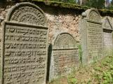 Na židovském hřbitovu u Radobylu, se nacházejí tak staré náhrobky, že svoji existencí sahají až do roku 1680