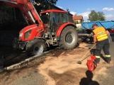 Aktuálně: Masivní únik nafty po dopravní nehodě traktoru likvidují hasiči v Březnici