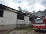 Aktuálně: Sedm jednotek hasičů likviduje požár zemědělské budovy na Sedlčansku