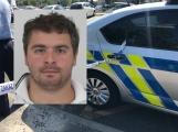 Muž zanedbával své povinnosti k dětem a nyní se skrývá před policisty