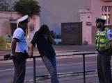 Opilec napadal sousedku a vulgárně ji urážel. Nepomohla domluva policistů, nakonec skončil na záchytce