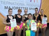 Příbramským mažoretkám z týmu SEVENSPORT cinkají na krku medaile z mistrovství světa