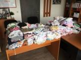 Solidarita nezná mezí. První hromada oděvů pro děti z hořovické nemocnice je na stole