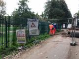 Cesta podél kolejí, vedoucí do skateparku a kolem Junioru, je uzavřena