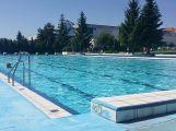 Venkovní bazén v těchto dnech navštíví téměř 500 lidí