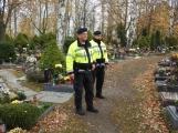 Strážníci zesílili hlídky na hřbitovech