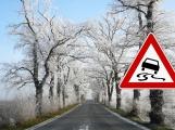 Meteorologové varují: Od večerních hodin hrozí na silnicích ledovka