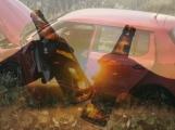 Bez řidičáku usedl za volant, vůz zničil a okradli spící ženu