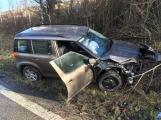 Aktuálně: Po střetu dvou vozidel skončilo jedno mimo komunikaci