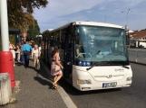 Autobusy na trase Příbram-Praha jsou nacpané k prasknutí. Co je příčinou?