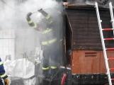 Aktuálně: Hasiči zasahují u požáru dřevěné budovy, uvnitř se nachází tlaková lahev!