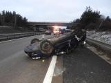 Aktuálně: Osobní auto narazilo do autobusu, skončilo převrácené na střeše