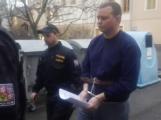 Video: Soud poslal obviněného muže z přepadení banky do vazby