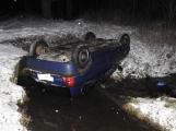 Aktuálně: Auto na střeše mimo silnici zalarmovalo záchranné složky