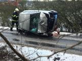 Aktuálně: Havarovaný vůz skončil na boku, řidič v péči záchranářů