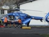 Aktuálně: V Obecnické ulici přistál vrtulník na pomoc zraněnému muži