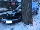 Aktuálně: Po nehodě zůstal vůz zaklíněný mezi stromem a plotem