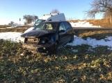 Aktuálně: U Třebska havarovaly dva vozy, oba skončily v poli