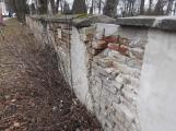Osud zdi na březohorském hřbitově je stále ve hvězdách, začíná se rozpadat