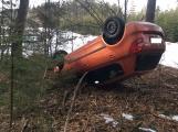 Aktuálně: Na  namrzlé vozovce nezvládla jízdu, skončila s vozem v lese na střeše