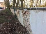 Město se stále nedohodlo s církví, kdo opraví padající zeď