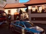 Aktuálně: Hasiči vyprošťují vážně zraněného řidiče nákladního vozu, který narazil do domu. V místě přistával vrtulník