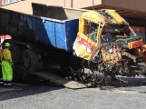Video: Za pomoci těžké techniky vyprostili havarovaný vůz v Sedlčanech, policisté pátrají po svědcích nehody