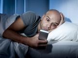 Modré světlo negativně ovlivňuje kvalitu spánku, odborníci doporučují dodržovat pravidla spánkové hygieny