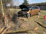 Aktuálně: Nezvládla průjezd zatáčkou, vylétla mimo silnici a skončila s vozem v ohrazení mezi ovcemi