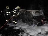 Perná noc hasičů, u Jablonné shořelo auto!