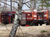 Čtyři jednotky hasičů likvidují požár v Březnici