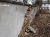 Posun v kauze hřbitovní zdi: Stavební úřad vyzval farnost k opravě