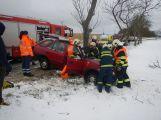 Žena nabourala do stromu, letecky jí transportovali do Motola