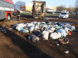 Požár popelářského vozu likvidují hasiči v Březnické