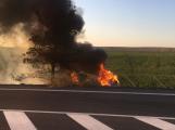 Video: Po nárazu do stromu skončilo auto v plamenech
