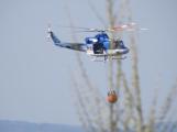 Hasiči bojují s požárem lesa, na pomoc povolali vrtulník s bambi vakem