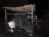 U požáru přístřešku zasahují dvě jednotky hasičů