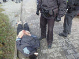 Namol opilý cizinec napadl družku a pak policistu