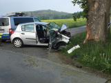 Aktuálně: U vážné dopravní nehody přistával vrtulník, odletěl prázdný. Mladík náraz do stromu nepřežil