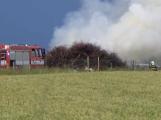 Aktuálně: Dvě jednotky hasičů likvidují požár klestí