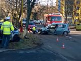 Dva zranění policisté po střetu policejního vozu s civilním
