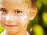 Opalovací krémy pro děti, ne všechny splňují kritéria