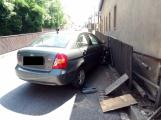 Dopravní nehoda osobního automobilu omezuje provoz v ulici Husova