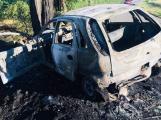 Auto po nárazu do stromu začalo hořet, nic z něj nezbylo