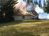 Aktuálně: Plameny zachvátily budovu na dětském táboře. Na místě je třicet dětí