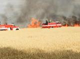 Aktuálně: Hasiči likvidují požár pole u Věšína, na místo spěchají další cisterny
