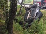 Řidič vyvrátil strom a skončil na střeše